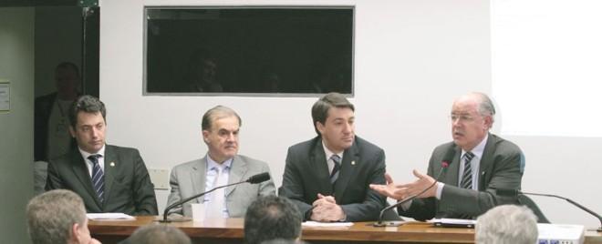 Secretário Luiz Carlos Hauly (à dir.) participa de reunião com a bancada paranaense. Da esquerda para a direita, o senador Sérgio Souza, Alceni Guerra (representante do PR em Brasília) e o deputado Fernando Giacobo | Wenderson Araújo/Gazeta do Povo