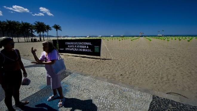 Ideia de instalação das vassouras é conscientizar a população para cobrar mais transparência na utilização do dinheiro público | Antonio Scorza/AFP