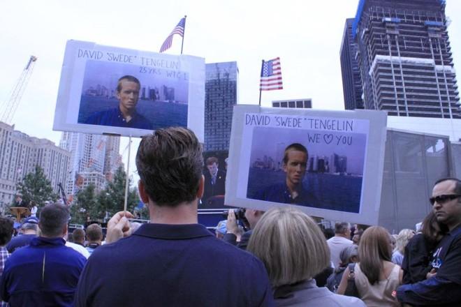 Patrick Tengelin e a mãe viajaram da Suécia para honrar a memória do irmão e filho, David, morto na Torre Norte | Irinêo Baptista Netto/Gazeta do Povo