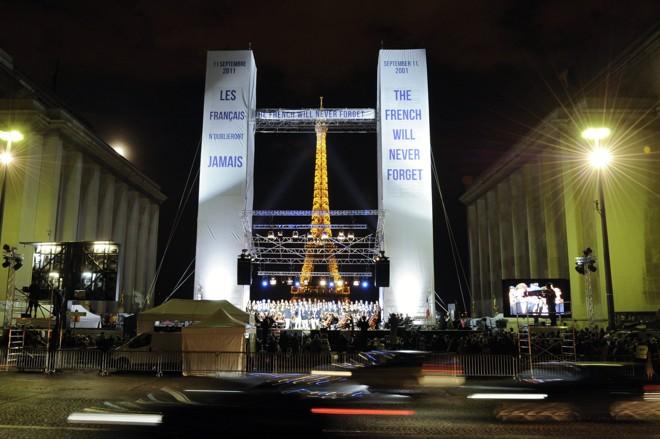 Estruturas que representam as Torres Gêmeas foram erguidas em Paris para homenagear as vítimas do 11 de setembro | REUTERS/Gonzalo Fuentes