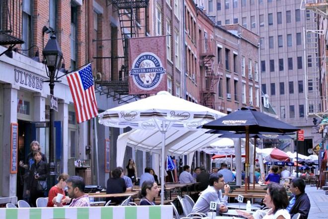 Os paralelepípedos da Stone Street, no Distrito Histórico, abrigam mesas de restaurantes e viraram referência no bairro | Irinêo Baptista Netto/Gazeta do Povo