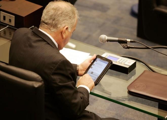 O deputado estadual Luiz Cheida usa o seu Facebook por meio de um tablet, na Assembleia Legislativa do Paraná | Henry Milleo / Gazeta do Povo