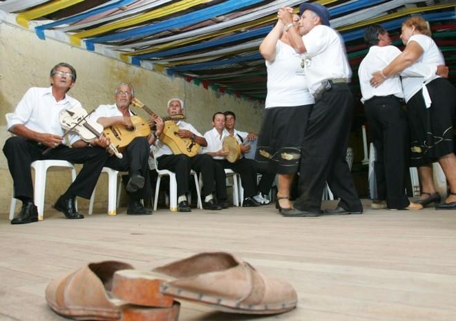 Tamancos em destaque no fandango, dança típica caiçara | Daniel Castellano/ Gazeta do Povo