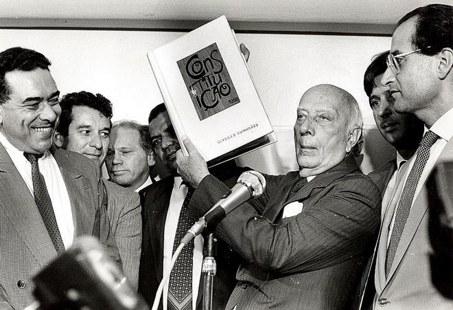 Ulysses Guimarães exibe a Constituição de 1988: nome do político batiza a cidade de Doutor Ulysses | Arquivo/ ABr