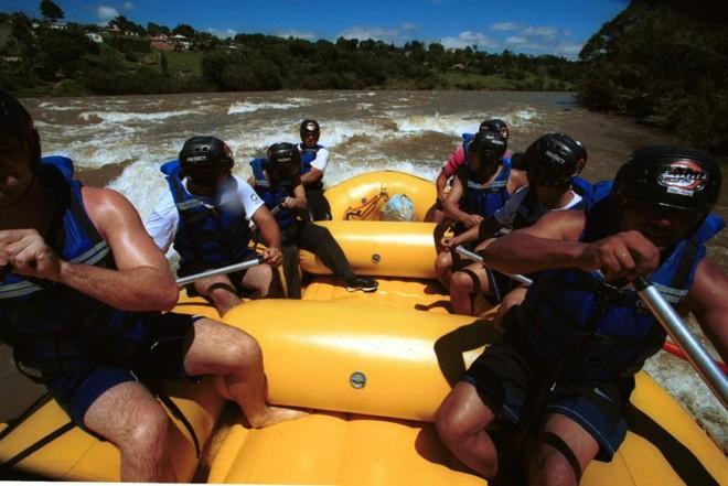 Empresas especializadas oferecem aos aventureiros rafting no Rio Tibagi | Jonathan Campos/ Gazeta do Povo