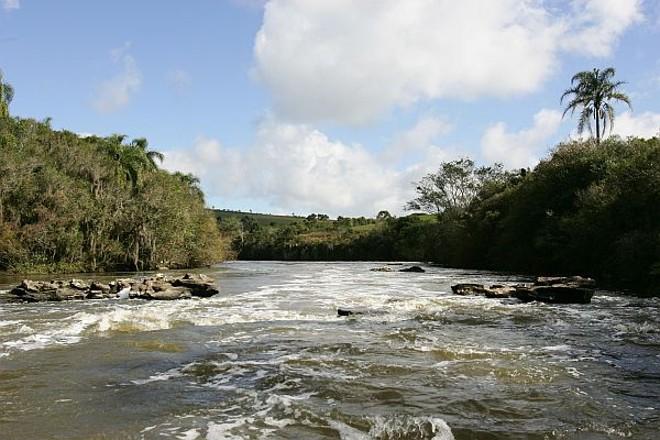 A profundidade média do rio Iguaçu é de 5 metros e a largura chega a 80 metros |