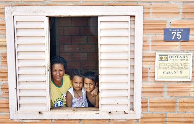 A Fundação Rotária custeou 25% do valor da moradia onde Jurema Particheli vive com os filhos   Fotos: Hugo Harada / Gazeta do Povo