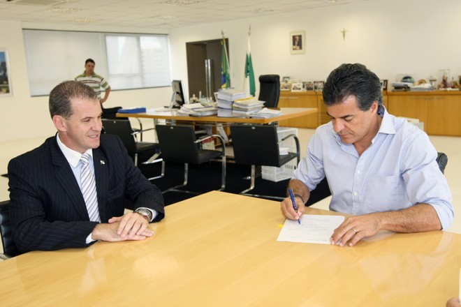 Observado pelo secretário Evandro Rogério Roman, Richa sanciona a lei que cria a Secretaria do Esporte no estado | AENotícias