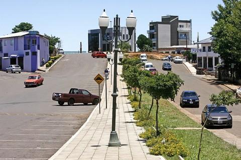 Fronteira Brasil-Argentina: à esquerda, Barracão, à direita, Bernardo de Irigoyen, e nos prédios ao fundo, Dionísio Cerqueira | Fotos: Hugo Harada/ Gazeta do Povo