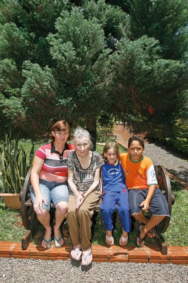 Rosileni Kappes de Oliveira, acompanhada da mãe (segunda à esquerda) e dos dois filhos: mesmo vivendo na área rural, família tem acesso à escola e atividades recreativas para a terceira idade   Hugo HaradaGazeta do Povo
