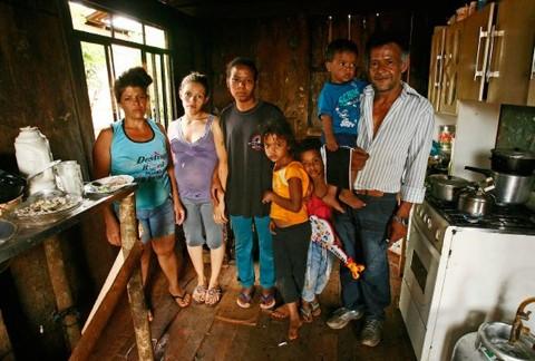 Família de Isaías Ribeiro dos Santos: atividade informal e Bolsa Família para garantir o sustento | Hugo Harada/ Gazeta do Povo