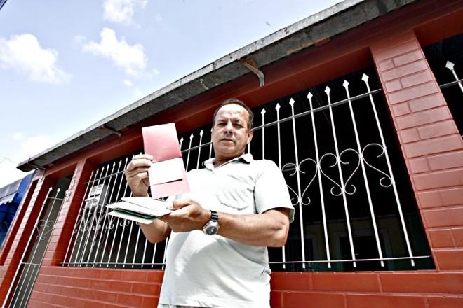 Instabilidade: Amilton pagou a última parcela da Cohab há oito anos, mas está sem a escritura do terreno | Priscila Forone/Gazeta do Povo