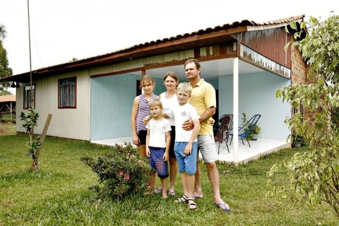 Werle se instalou com a família no assentamento e hoje tem renda mensal de R$ 10 mil   Fotos: Hugo Harada/ Gazeta do Povo