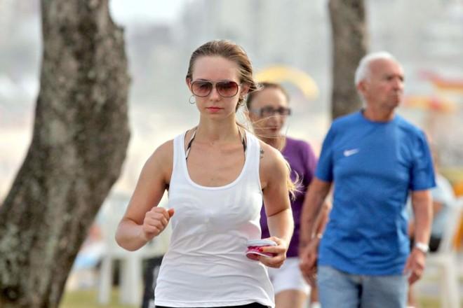 A designer Flávia Carolina Zinher, de 20 anos, aproveita para por a corrida em dia |