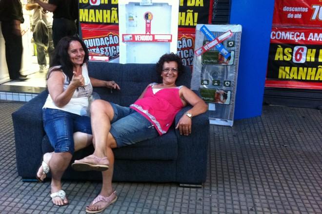 Antônia Galvão e a amiga Ana Lúcia de Santana aguardavam desde as 17 horas de quarta-feira na fila | Fábio Guillen / Gazeta Maringá