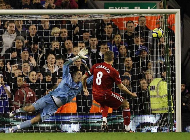 Gerrard chuta para marcar, de pênalti, um dos gols no Liverpool na vitória sobre o Oldham | Phil Noble / Reuters