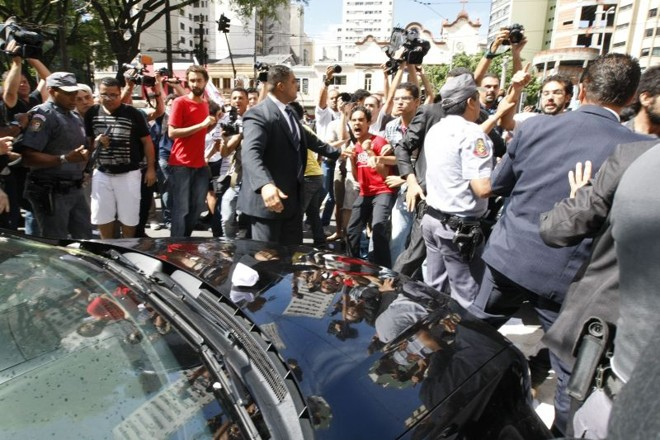 O tumulto começou após saída do prefeito Gilberto Kassab da Catedral da Sé, onde foi celebrada uma missa em comemoração aos 458 anos da cidade | Luiz Carlos Murauskas/Folhapress