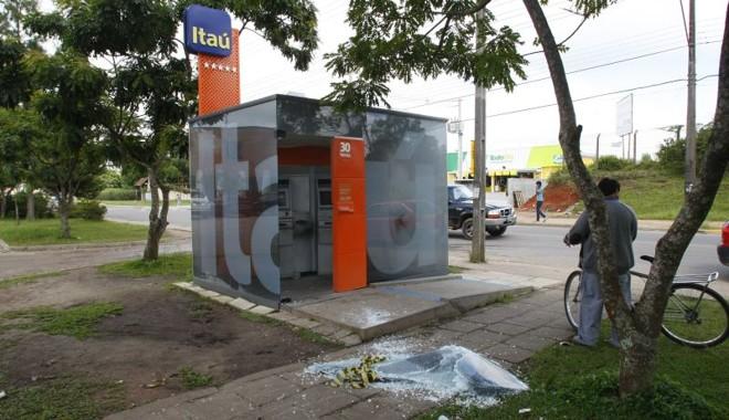 Caixa eletrônico do Itaú é explodido por bandidos em Piraquara | Jonathan Campos / Agência de Notícias Gazeta do Povo