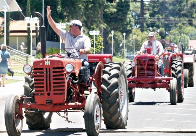 Desfile de tratores utilizados ao longo dos 60 anos da comunidade  