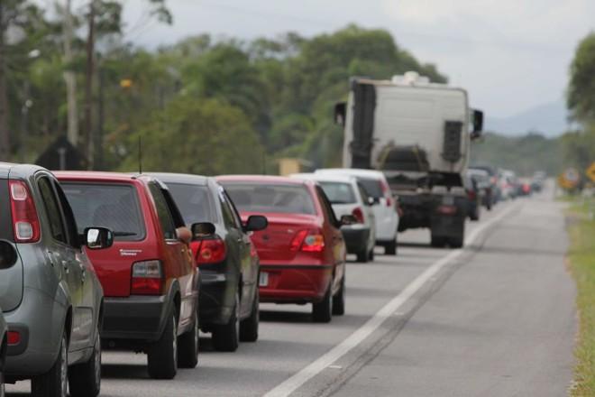 Na PR-407, que liga Curitiba às praias de Pontal do Paraná, os carros ficam desligados na rodovia enquanto o trânsito não flui  
