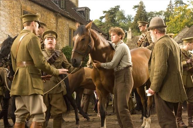 Com a chegada da guerra, o cavalo Joey é vendido para o exército inglês, deixando seu dono Albert inconformado | Divulgação