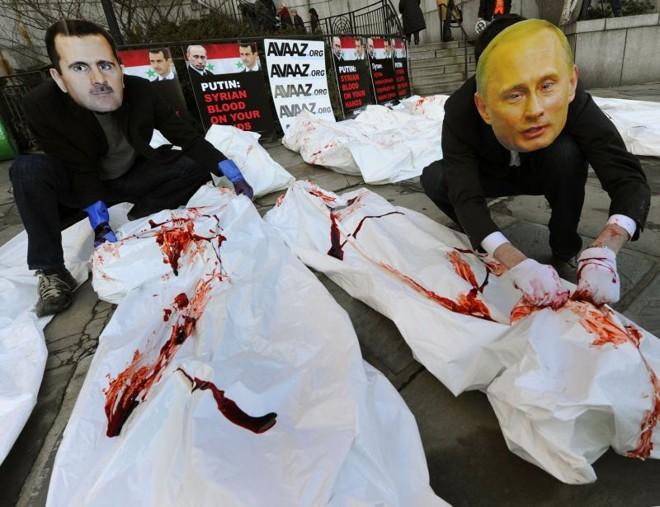Atores com máscaras de Bashar Assad e Vladimir Putin fazem uma manifestação diante do prédio do Conselho de Segurança da ONU, em Nova York | Timothy A. Clary/AFP