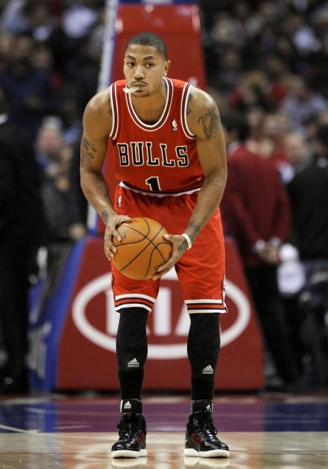 No embalo do Bulls- O Chicago Bulls segue dando as cartas na Conferência Leste da NBA. Na noite de quarta-feira, o time bateu o Detroit Pistons por 99 a 83 e segue na liderança da chave – ao lado do Miami Heat – com seis triunfos em sete jogos. A partida de hoje é contra o Orlando Magic, o terceiro melhor time da conferência (cinco vitórias). Contra o Pistons, Derrick Rose (foto) cravou 17 pontos e 10 assistências | Paul Buck/EFE