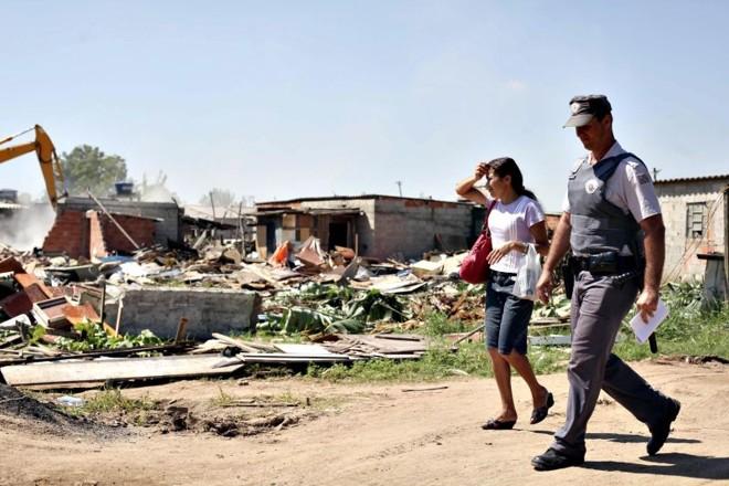 Máquinas iniciaram ontem a demolição de casas e barracos desocupados à força no Pinheirinho, em São José dos Campos | Fernando Donasci/Folhapress