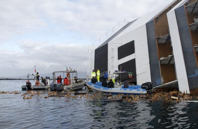 As buscas foram retomadas tanto na superfície como na parte submersa do navio | REUTERS/Vigili del Fuoco