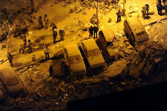 Equipes da Defesa Civil Municipal, do Corpo de Bombeiros e da Polícia Militar estão trabalhando no isolamento da área e na procura de possíveis vítimas | Vanderlei Almeida/AFP