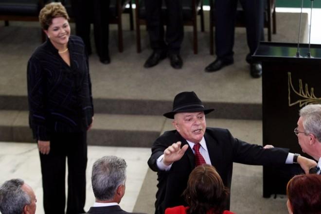 Popularidade: Lula cumprimenta convidados da posse de Aloizio Mercadante e Marco Raupp, observado por Dilma | Gustavo Miranda/ Agencia O Globo