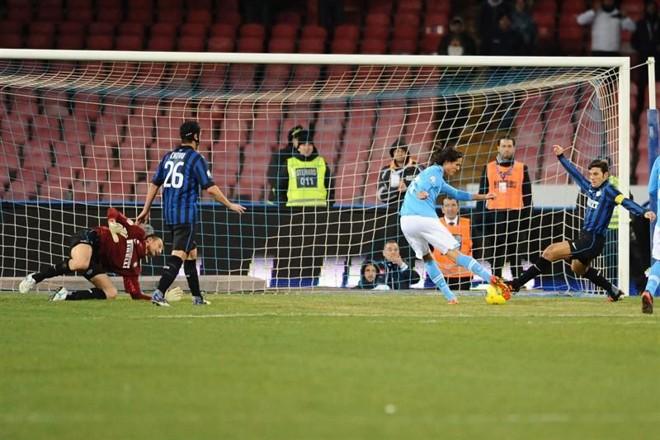 Cavani marcou os dois gols da vitória do Napoli sobre o Inter | EFE