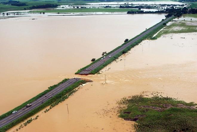 As águas do Rio Muriaé abriram uma cratera na BR-356, em Campos dos Goytacazes. A estrada funcionava como um dique, mas não aguentou o grande volume de água | Divulgação/Gerson Gomes