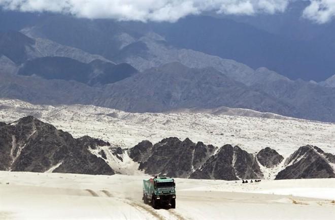 Veículo do francês Joseph Adua durante a disputa do Rally Dakar. A sexta etapa da competição acabou cancelada | EFE