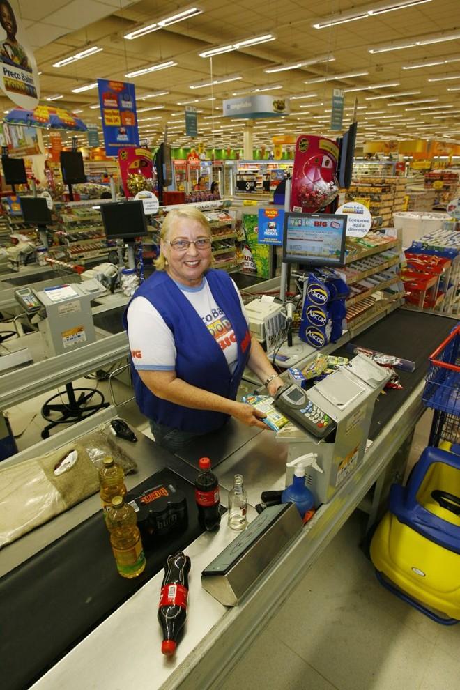 Arlete Ranbusch Gracher, de 62 anos, atua há dois anos como operadora de caixa: além da compensação financeira, trabalho é terapêutico, diz ela | Antonio More/ Gazeta do Povo