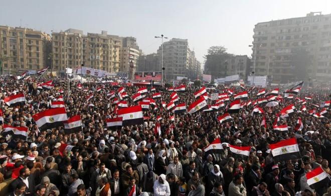 Milhares de islamitas, liberais, esquerdistas e cidadãos comuns tomaram conta da Praça Tahrir, epicentro dos protestos, agitando bandeiras e exibindo cartazes | REUTERS/Mohamed Abd El-Ghany