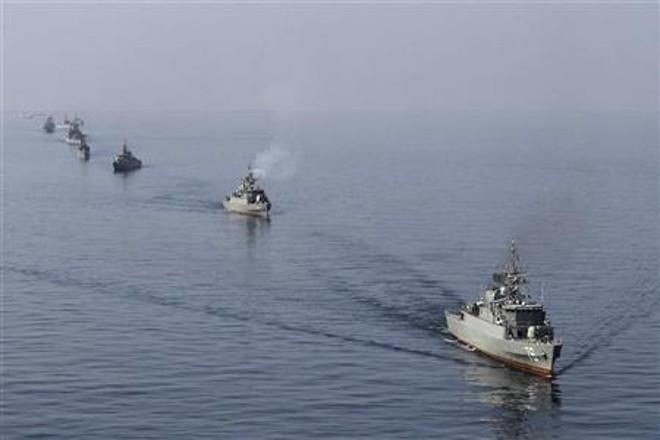 Navios iranianos participam de exercício militar no Mar de Omã, perto do Estreito de Ormuz, no sul do Irã, na terça | REUTERS/Jamejamonline/Ebrahim Norouzi