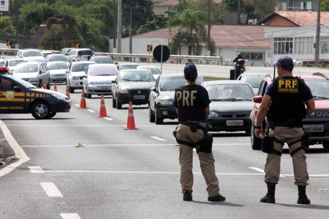 Policiais em operação teste domingo na BR-277, em frente ao Ecoestádio: PRF orienta torcedores a não deixarem o carro no Parque Barigui | Walter Alves / Gazeta do Povo
