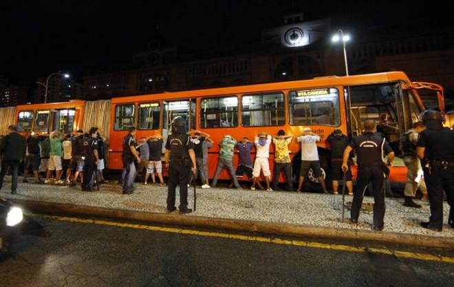 Após o Atletiba de quarta-feira, torcedores de Atlético e Coritiba entraram em confronto na Praça Eufrásio Correia   Albari Rosa / Gazeta do Povo