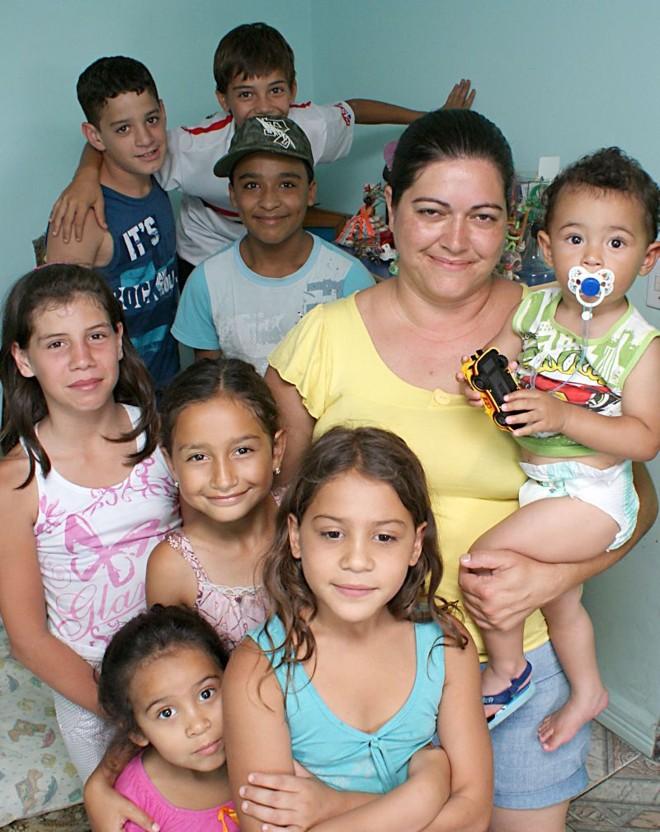 Andrea Julita de Oliveira, de 33 anos, virou referência nas proximidades da rua onde mora, no bairro Ganchinho. Ela começou a cuidar de crianças aos 15 anos | Marco André Lima/ Gazeta do Povo