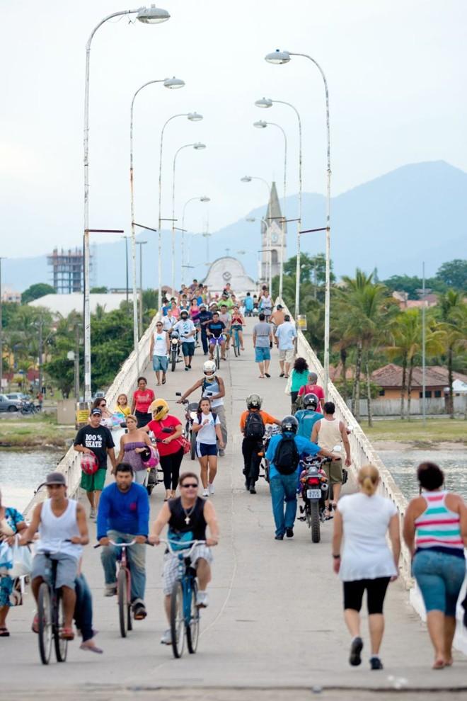 Única ligação ao continente, passarela alargada em 1994 dá vazão a pedestres, motos e bicicletas | Henry Milléo/Gazeta do Povo