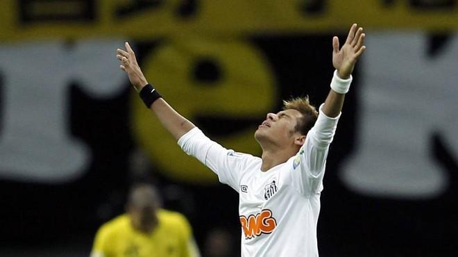 Neymar busca aprimorar a bola parada com o intuito de virar um jogador mais completo   Toru Hanai / Reuters