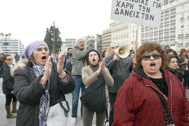 Funcionários do setor da saúde protestaram ontem contra os cortes nos gastos | JohnKolesidis/Reuters