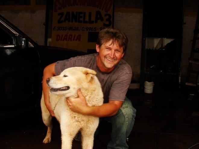 Agricultor reencontra cão que estava desde quinta-feira vivendo em carro depenado | Luiz Carlos da Cruz / Gazeta do Povo