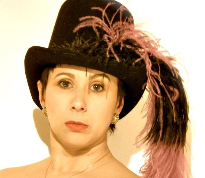 A paranaense Debora Balardini está ansiosa para voltar a interpretar nos palcos locais: trabalho baseado no instinto | Divulgação
