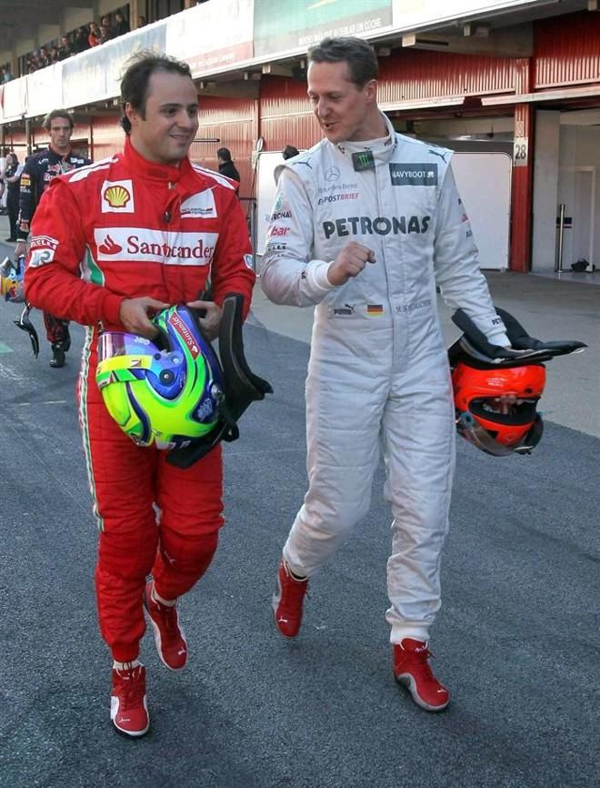 Massa conversa com Schumacher no fim dos testes desta quinta-feira em Barcelona   Toni Albir / EFE