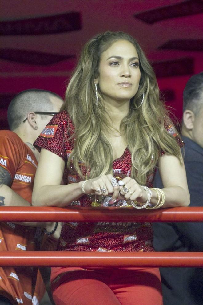 Jennifer Lopez, que em sua passagem pelo carnaval carioca mostrou animação oposta à do comercial de sua vinda para o evento, apareceu no Camarote da Brahma usando joias da brasileira H.Stern. Ela escolheu seis anéis da marca, todos de sua coleção particular | Divulgação H.Stern