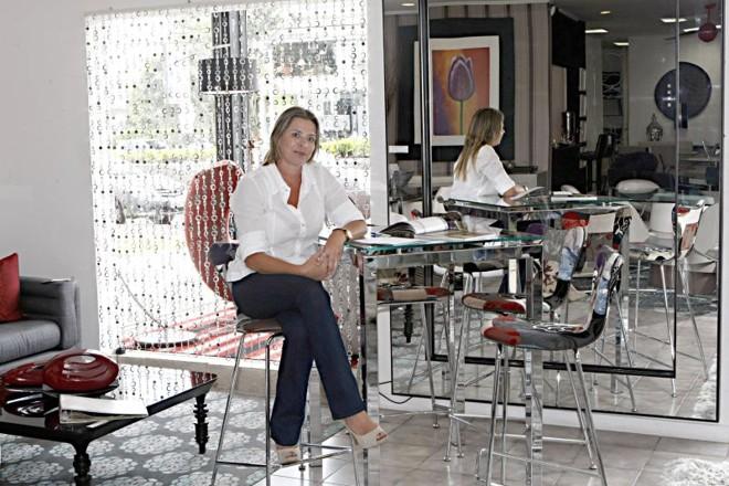 Cristina Lima, da Casa das Cadeiras: na contramão do setor, a loja não demitiu | Albari Rosa/ Gazeta do Povo