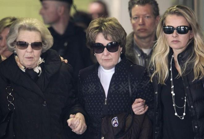 Rainha da Holanda, Beatrix, sua irmã, a princess Margriet e a mulher do príncipe Johan Frisos, Mabel, deixam hospital de Innsbruck | REUTERS/Heinz-Peter Bader