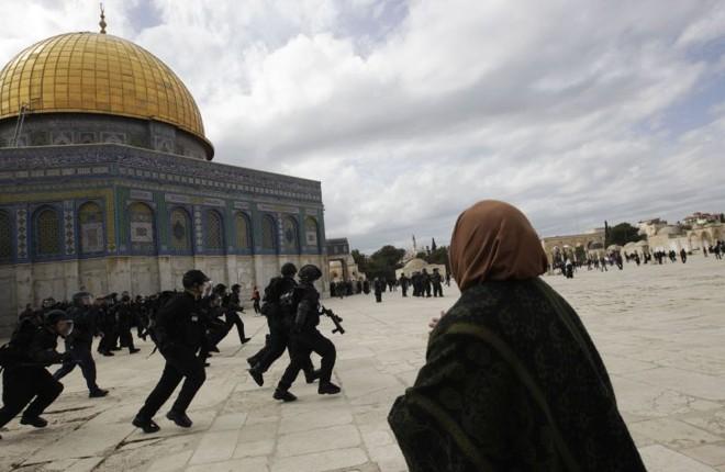 Polícia israelense e palestinos se enfrentam em frente à mesquita Al-Aqsa   REUTERS/Ammar Awad